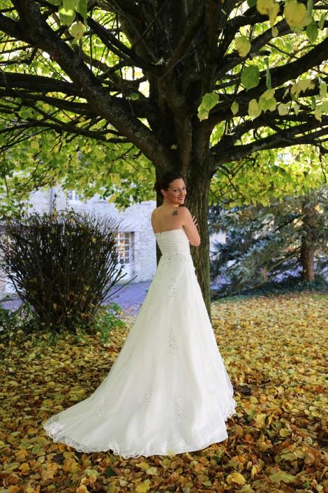 Idée de prise de vue de la mariée sous un tilleul en automne