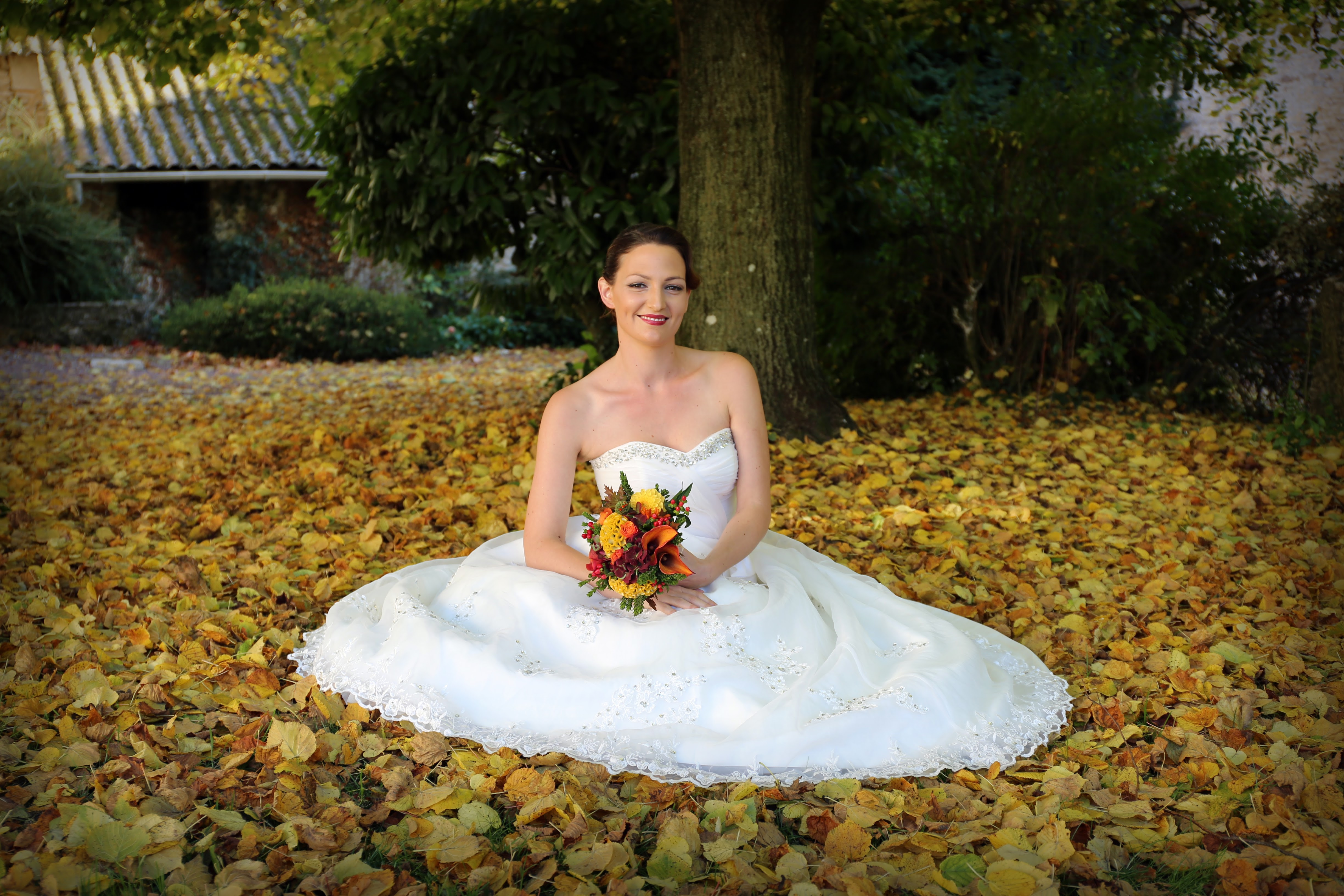 Photo de mariée dans les feuilles d'automne