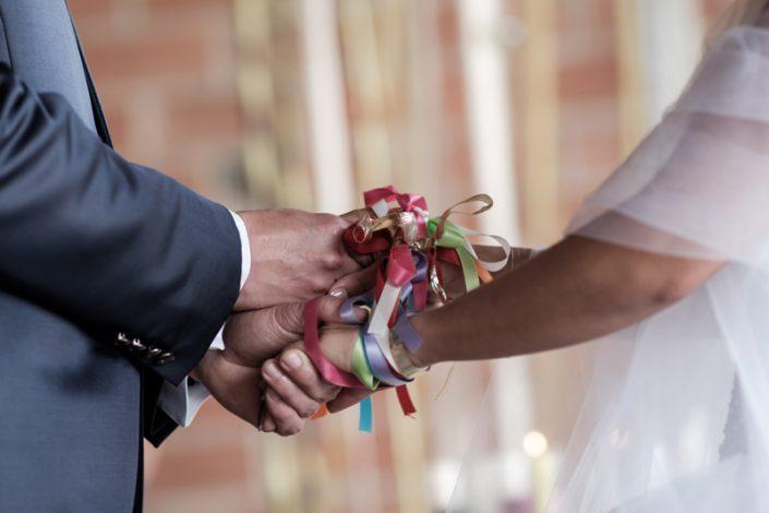 Cérémonie laïque rituel des mains liées rubans handfasting orne