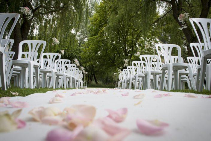 Décoration cérémonie laïque tapis blanc pétales de rose calvados