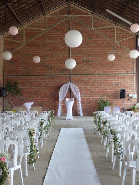 Décoration de cérémonie laïque calvados arche voilage boules chinoises tapis blanc