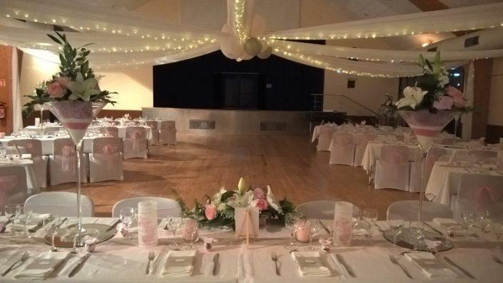 Décoration mariage rose gris salle des fêtes drapés en étoile vase martini menu photophore