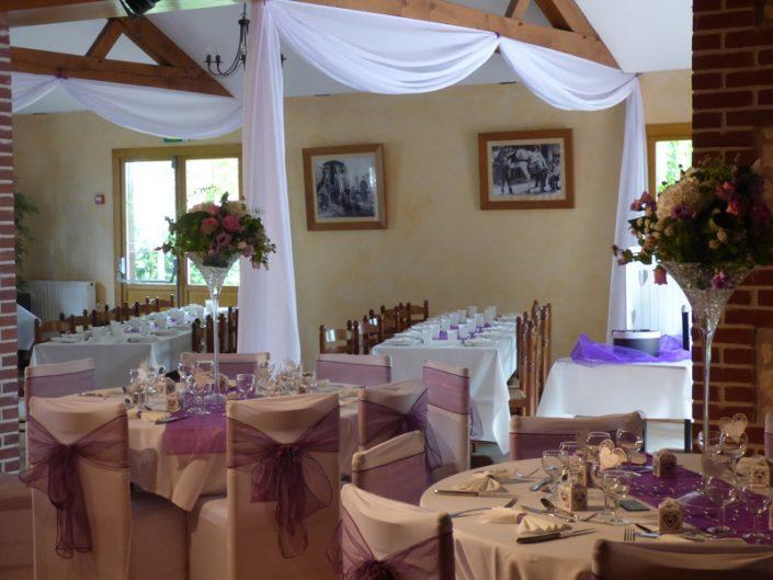 Décoration mariage violet drapés housses de chaise vase martini bergerie le doux marais calvados